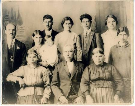 Tzannes Family, Fratsia