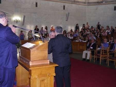 Makis Tselios receiving his Eptanesian award