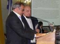 Vasilis Kailas receiving his Eptanesian award