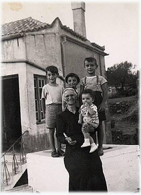 Yiorgia Mentis (nee Tzortzopoulos) and children.