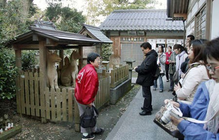 Matsue's ghost tour still popular - Hearn Lafcadio Popular Participants take in Matsue's ghost sights in Shimane Prefecture