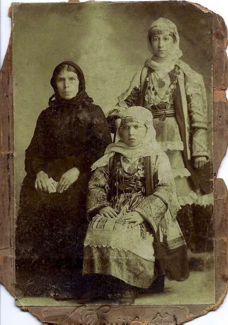 Efrosini Venardos Chlentzos with daughters Kirani and Marigo