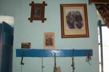 Photographs & keys to the house